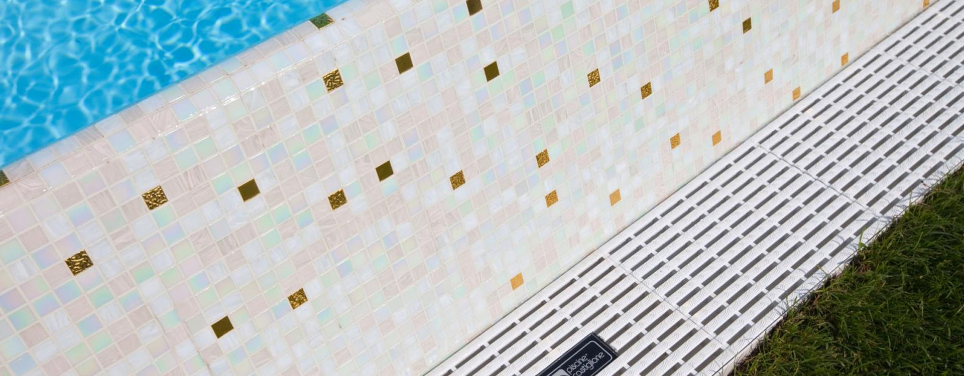 Finiture piscine piastrelle mosaico pvc queens piscine - Rivestimento piastrelle per piscine ...