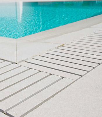 piscina a sfioro griglia