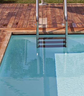 Piscine a sfioro costruzione tipologie di piscine for Bordo piscina legno