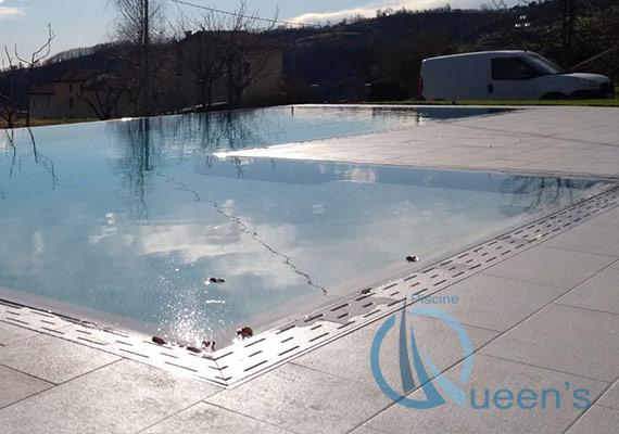spiaggetta piscina sfioro